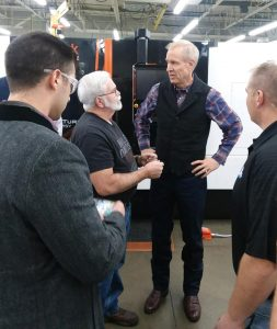 Parr machinist Kevin Engebretson, and Governor Rauner continue the discussion following a general Q & A session.